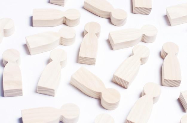 Figuras de madeira de pessoas sobre um fundo branco Foto Premium