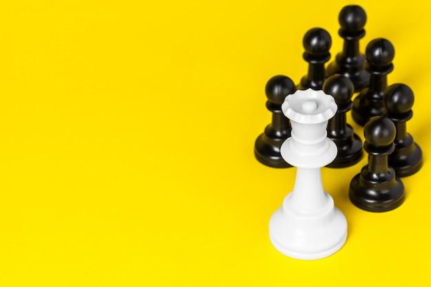 Figuras de xadrez em amarelo Foto Premium