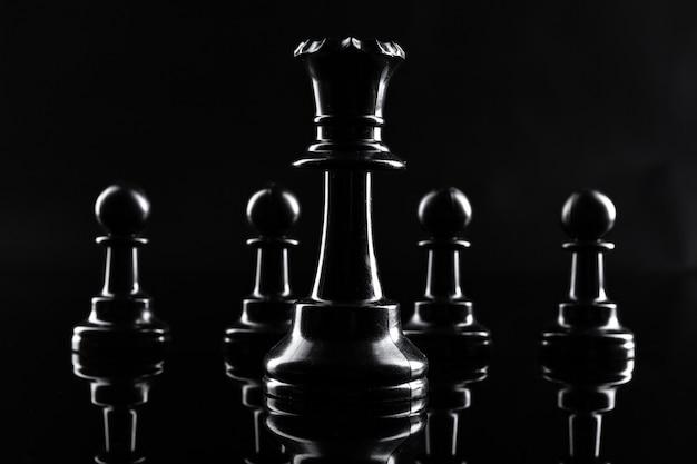 Figuras de xadrez em preto escuro close-up Foto Premium