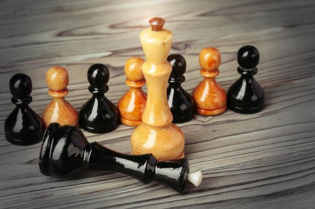 Figuras de xadrez na mesa de woden marrom Foto Premium