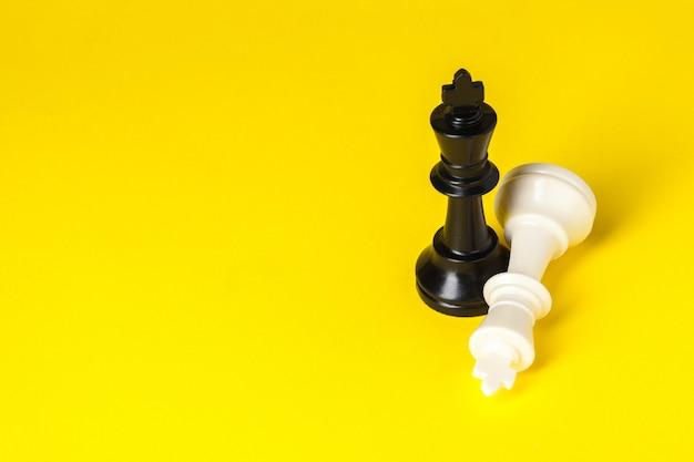 Figuras de xadrez na vista superior amarela copiam o espaço Foto Premium