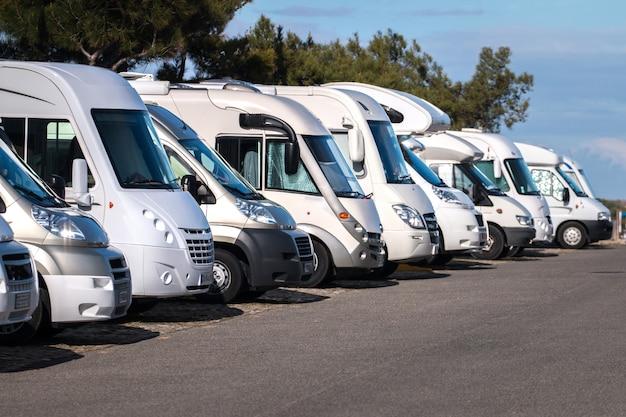 Fila de auto caravanas Foto Premium
