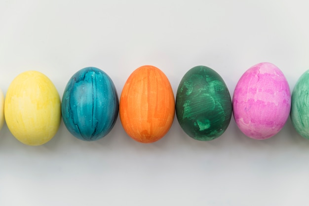 Fila de ovos coloridos Foto gratuita