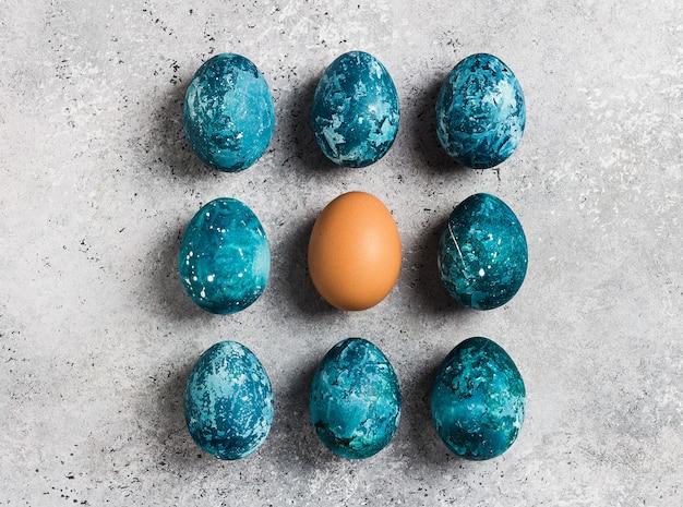 Fila de ovos de páscoa pintada à mão em azul Foto gratuita
