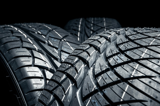 Fila de pneus de carro com um close-up de perfil Foto Premium