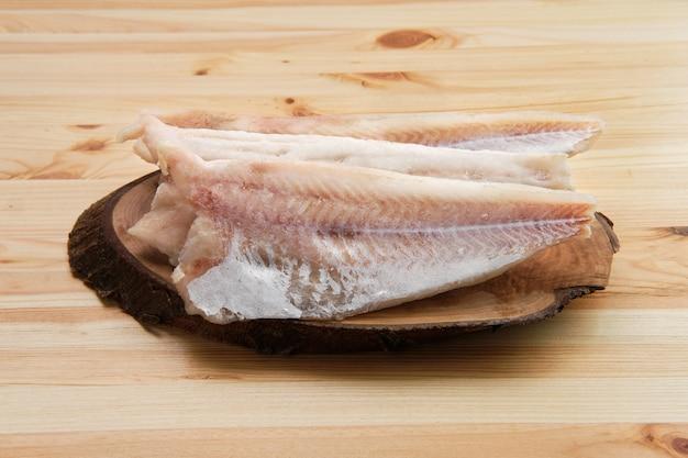 Filé congelado de pangasius na mesa de madeira Foto Premium