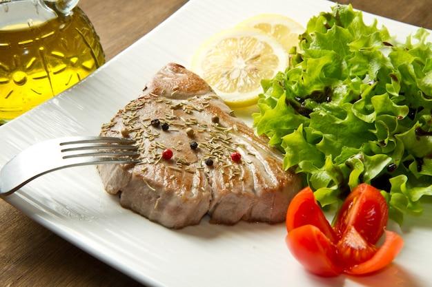 Filé de atum com salada Foto Premium
