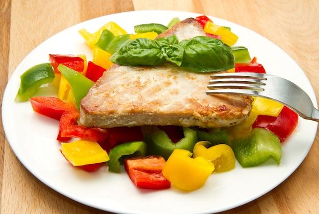 Filé de atum frito com pimenta Foto Premium