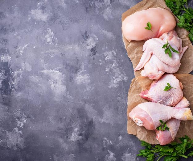Filé de carne de frango cru, coxa, asas e pernas Foto Premium