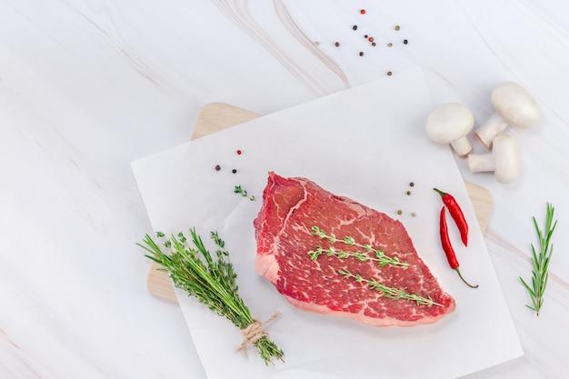 Filé de carne fresca com ingredientes na culinária Foto Premium