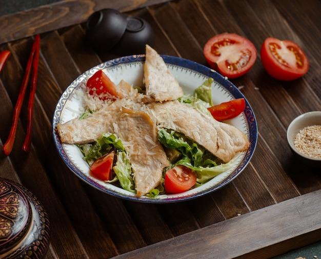 Filé de peixe com salada de legumes. Foto gratuita