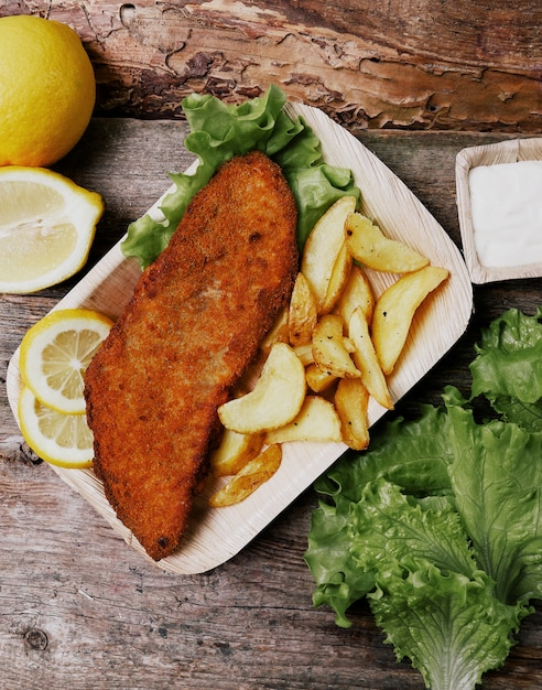 Filé de peixe delicioso com batatas fritas Foto gratuita