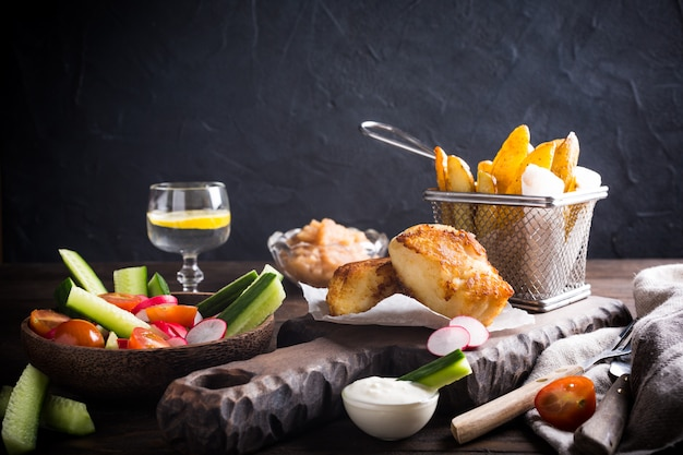 Filé de peixe frito com batatas assadas Foto Premium