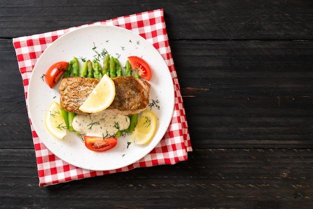Filé de peixe grelhado Foto Premium