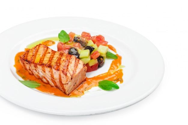 Filé de salmão grelhado isolado no branco. Foto Premium