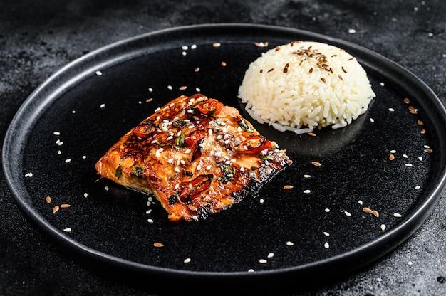Filé de salmão japonês teriyaki grelhado, envidraçado com molho delicioso com um prato de arroz. vista do topo Foto Premium