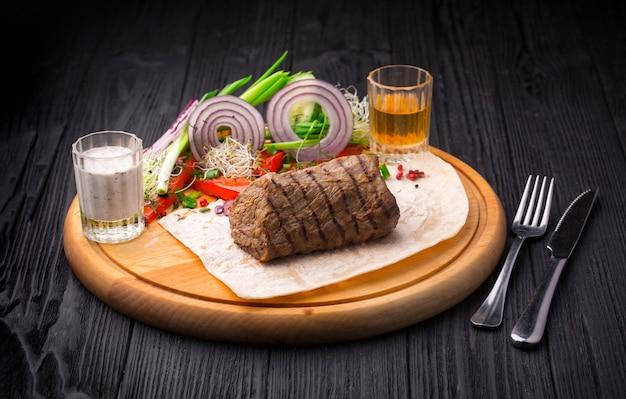 Filé, mignon, bife, com, enfeite, ligado, tábua madeira Foto Premium