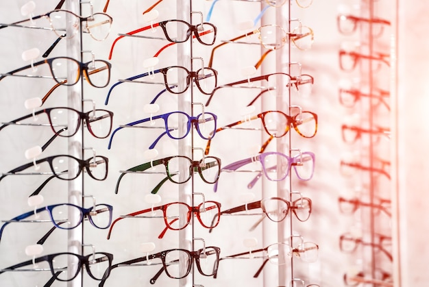 Fileira de óculos em um oculista. loja de óculos. fique com óculos na loja de ótica. Foto Premium