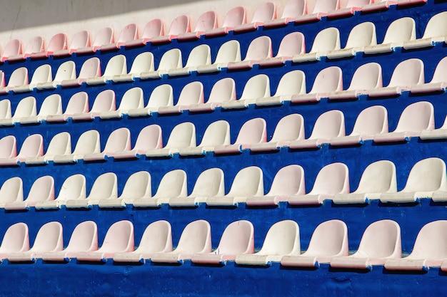 Fileiras de assentos para espectadores no estádio de esportes. textura ou plano de fundo Foto Premium