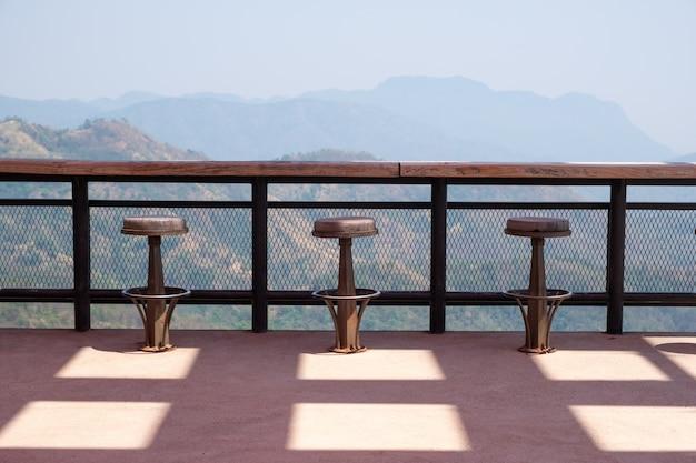 Fileiras de bancos de madeira e balcão no terraço ao ar livre Foto Premium
