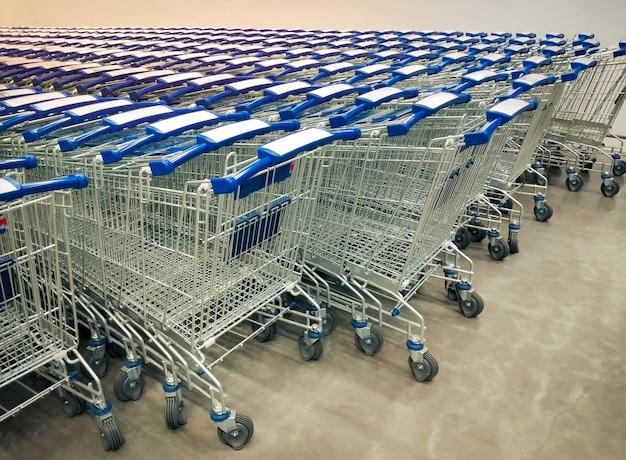 Fileiras dos carrinhos de compras recolhidas no supermercado. Foto Premium