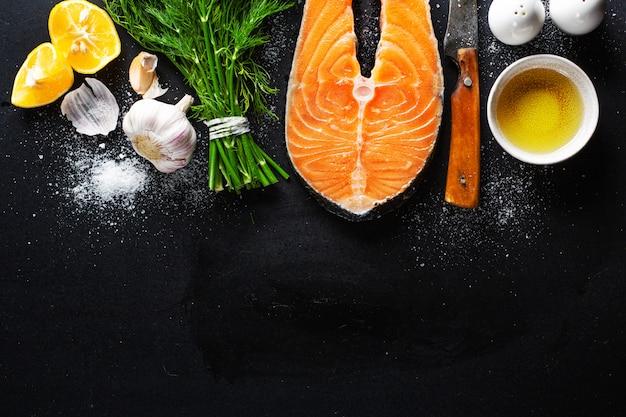 Filés de peixe cru com ingredientes Foto Premium