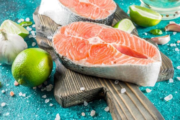 Filés de salmão cru com especiarias Foto Premium