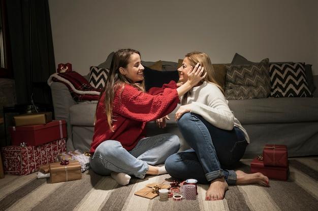 Filha adorável com sua mãe Foto gratuita