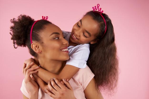 Filha afro-americana e mãe em coroas falsas Foto Premium