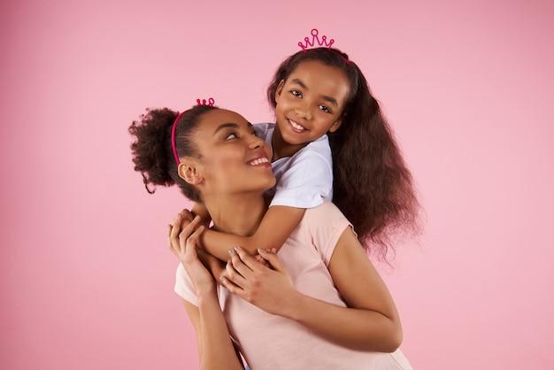 Filha afro-americana no passeio de cavalinho Foto Premium