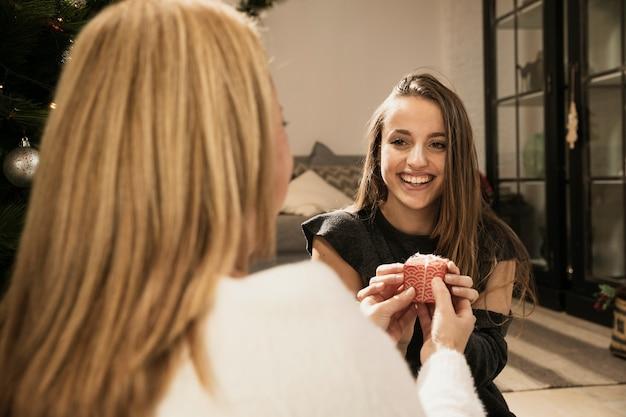 Filha bonita recebendo presentes de sua mãe Foto gratuita