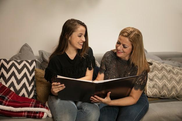 Filha e mãe felizes junto para o natal Foto gratuita