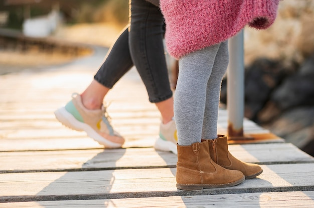 Filha e mãe pés em sapatos Foto gratuita