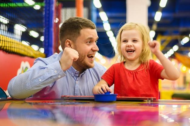Filha e pai entusiasmado tiro médio Foto gratuita