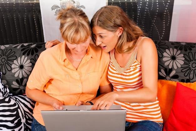 Filha, explicando a internet para a mãe dela Foto Premium