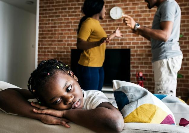 Filha triste enquanto seu pai e mãe estão lutando Foto Premium