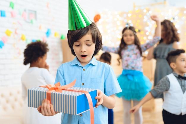 Filhinhos em celebrações de aniversário. Foto Premium