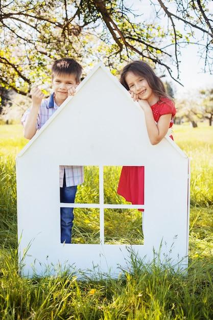 Filhinhos no parque perto da casa. o conceito de infância e estilo de vida. Foto Premium