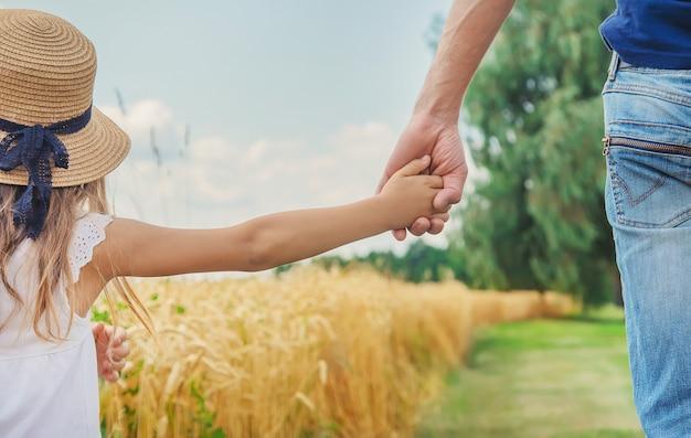 Filho e pai em um campo de trigo. Foto Premium
