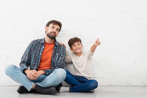 Filho mostrando algo para seu pai Foto gratuita