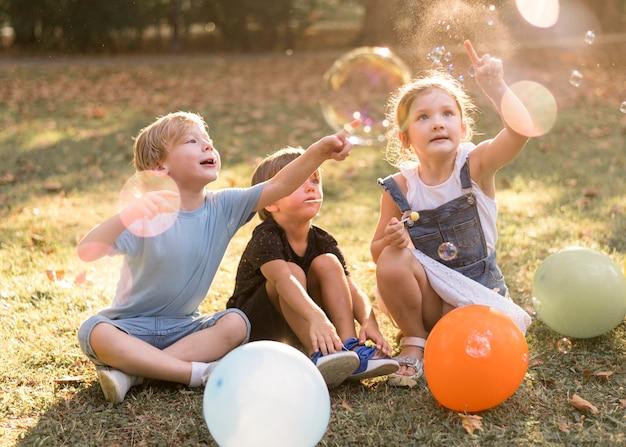 Filhos completos brincando ao ar livre Foto gratuita