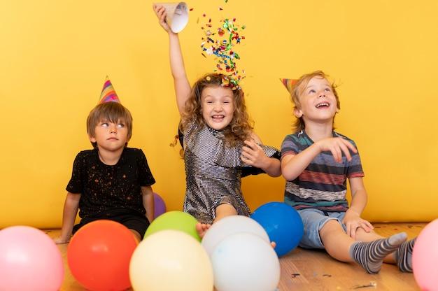 Filhos completos brincando no chão Foto gratuita