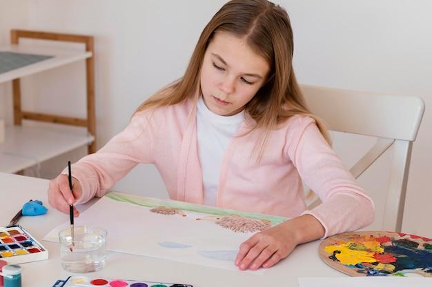 Filhote médio pintando na mesa Foto Premium