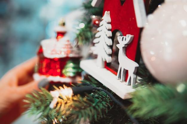 Filial de árvore de natal com brinquedos Foto Premium