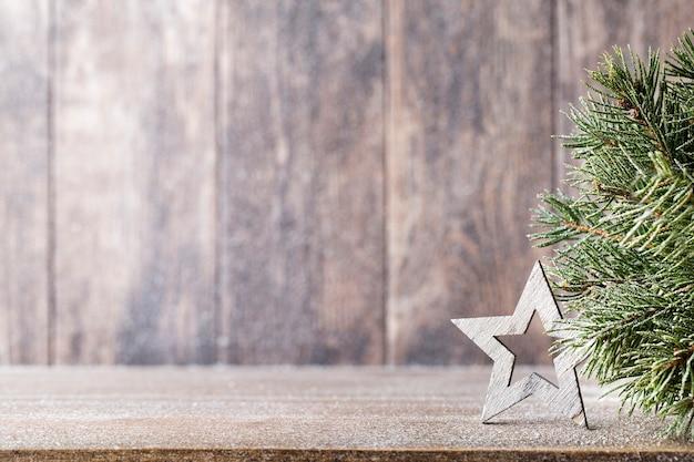 Filial e decoração do abeto de natal, no fundo de madeira. Foto Premium