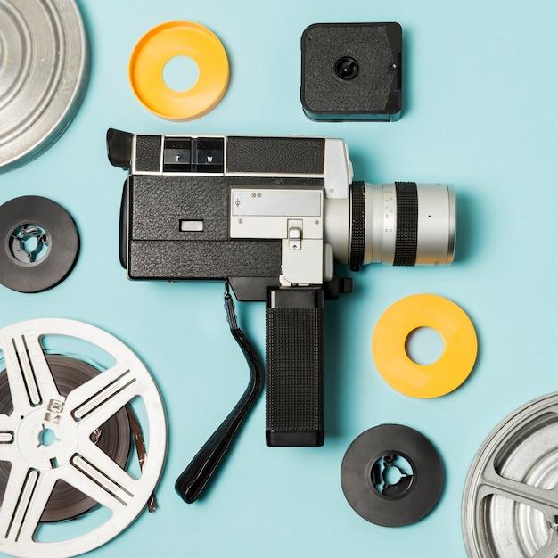 Filmadora e filme bobinas casos em fundo azul Foto gratuita