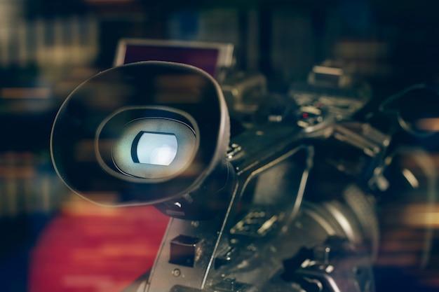 Filmadora profissional em estúdio com fundo desfocado Foto Premium