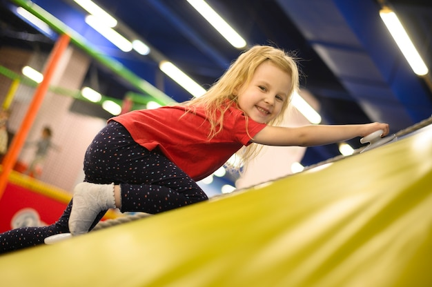 Filmagem completa da menina no parque infantil Foto gratuita