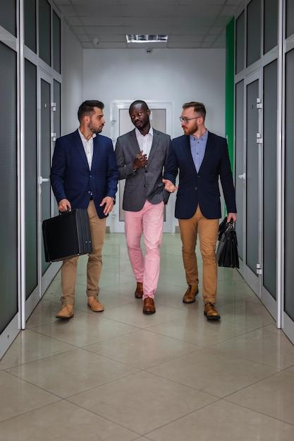 Filmagem completa de pessoas de negócios modernas Foto gratuita