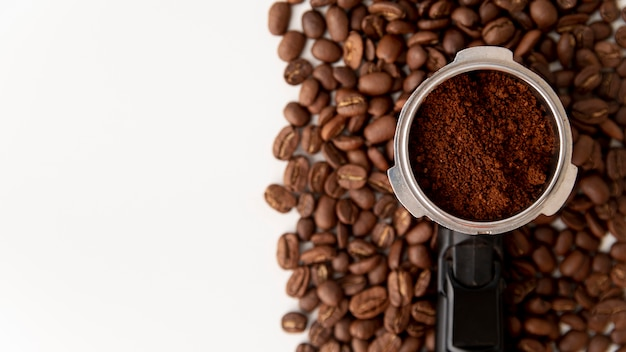 Filtro de vista superior com grãos de café Foto gratuita